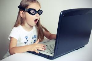 Bambina naviga su internet e protezione online